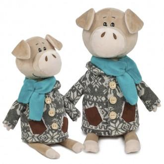 Свин Витя в пальто с оленями (22 см)